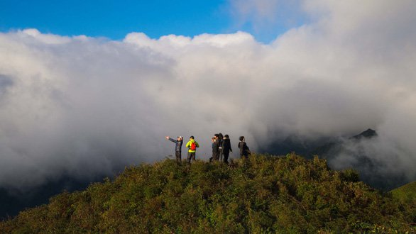 Mountaineers stand in the cloud - image Nguyen Huong