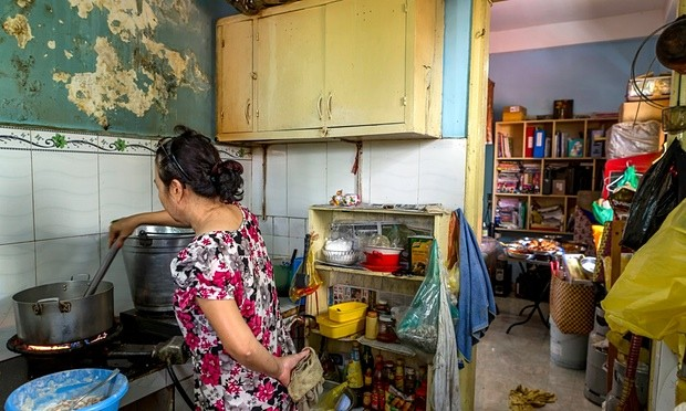 Mrs. Le Thi Lang prepares an average of 15 fried chickens with chili salt a day. Photo Guardian