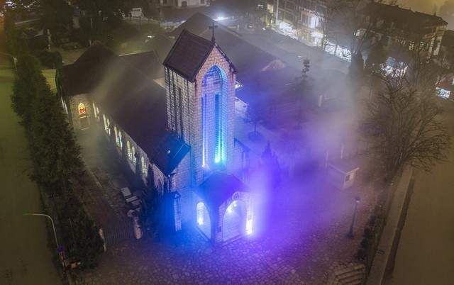 Sa Pa stone church is shimmering and fanciful in the night - Photo THANH TOAN
