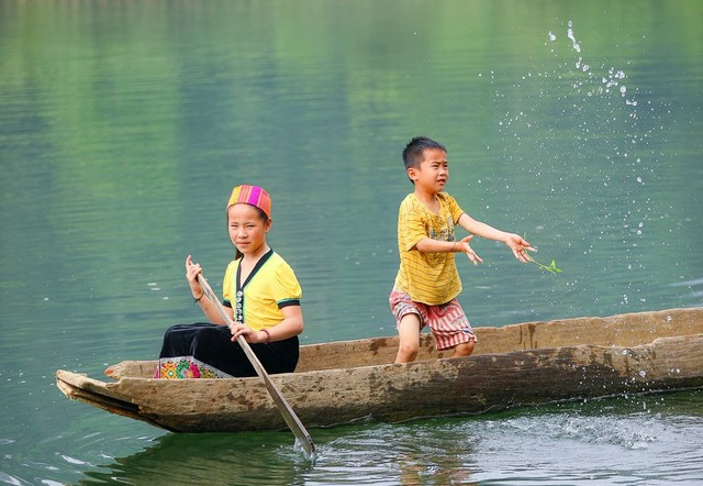 ethnic people at Giang River