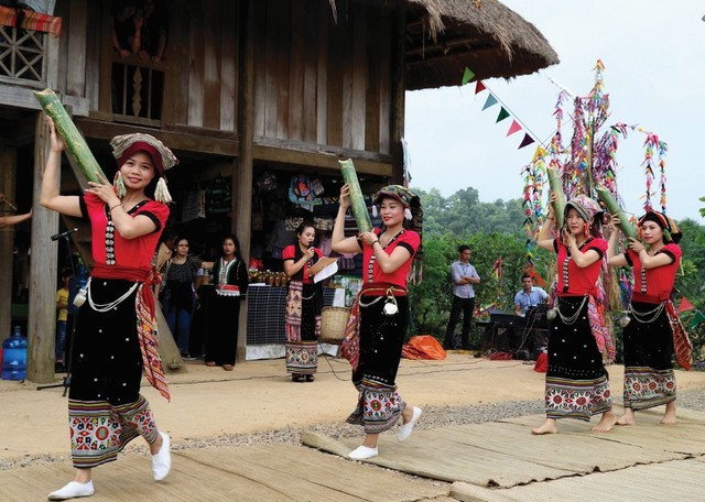 traditional dance performance of Thai people