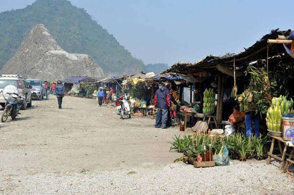 The market on the top of Thung Khe Pass is an interesting stop for tourists from Hanoi to Mai Chau