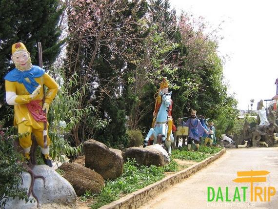 Linh Quang Pagoda Statues