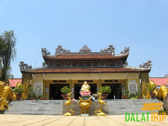 The main hall of Linh Quang Pagoda