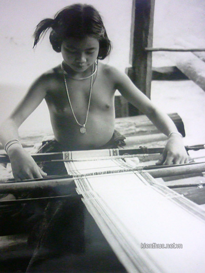 Lach woman was weaving
