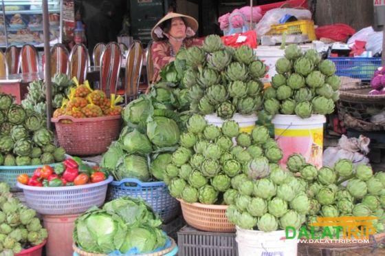 新鲜的朝鲜蓟销售在大叻市场