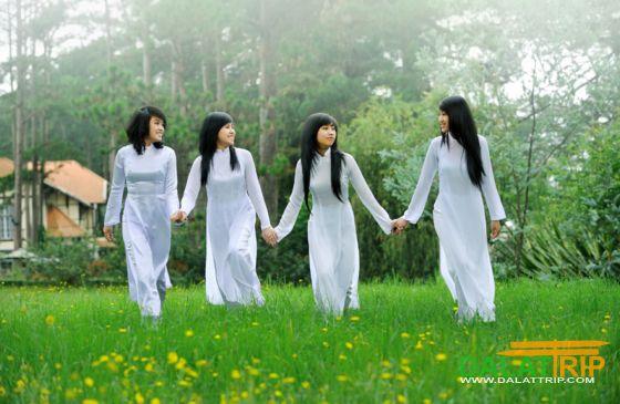 Les filles de l'école en blanc Ao Dai