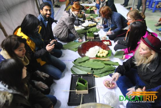 Foreign tourists learn to make the Tet cake