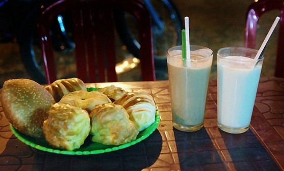 The combo of soy milk and pastries - delicious and nutritious night food