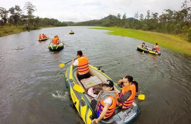 KAYAKING TOUR ON TUYEN LAM LAKE