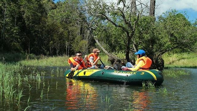 Kayaking on Tuyen Lam lake
